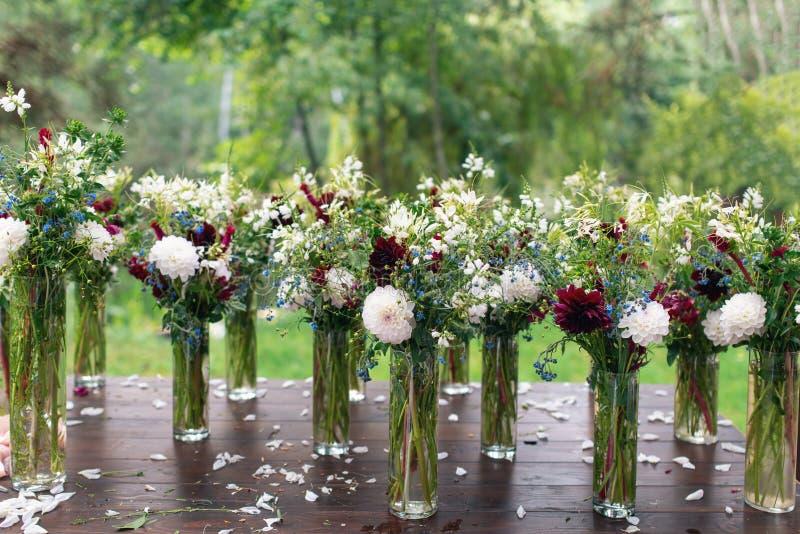 婚礼的美丽的花装饰 白色和红色菊花 免版税图库摄影