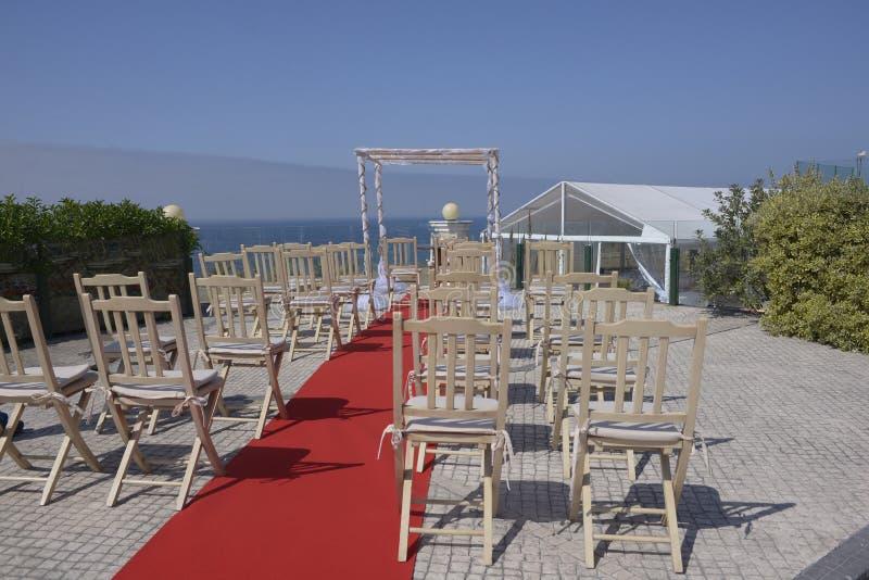 婚礼眺望台,木椅子,蓝色海景 免版税库存图片