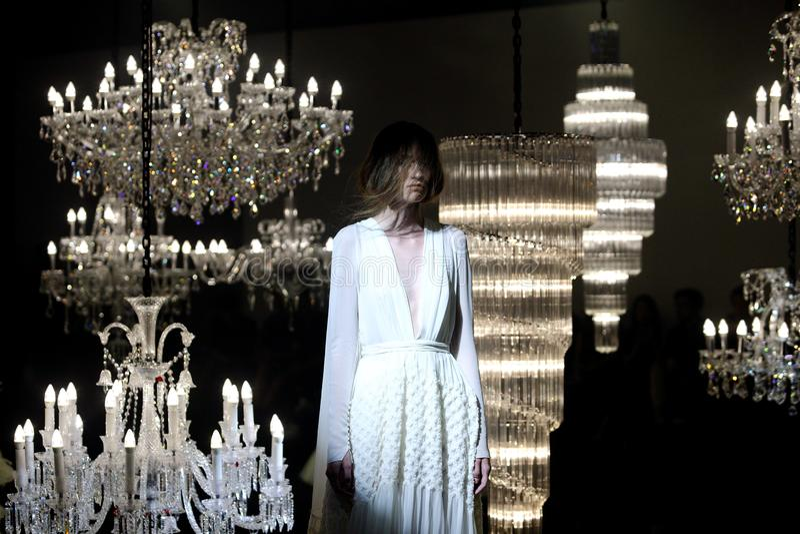 婚礼礼服和晚礼服时装表演沿枝形吊灯 免版税库存图片