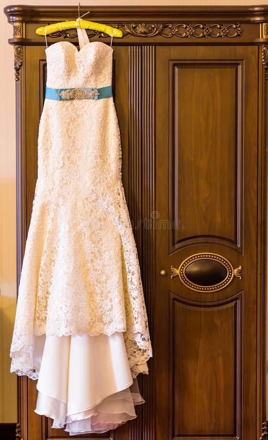 婚礼礼服垂悬 免版税库存照片