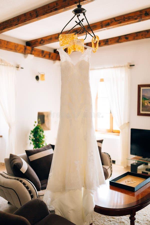 婚礼礼服新娘在枝形吊灯垂悬 库存照片
