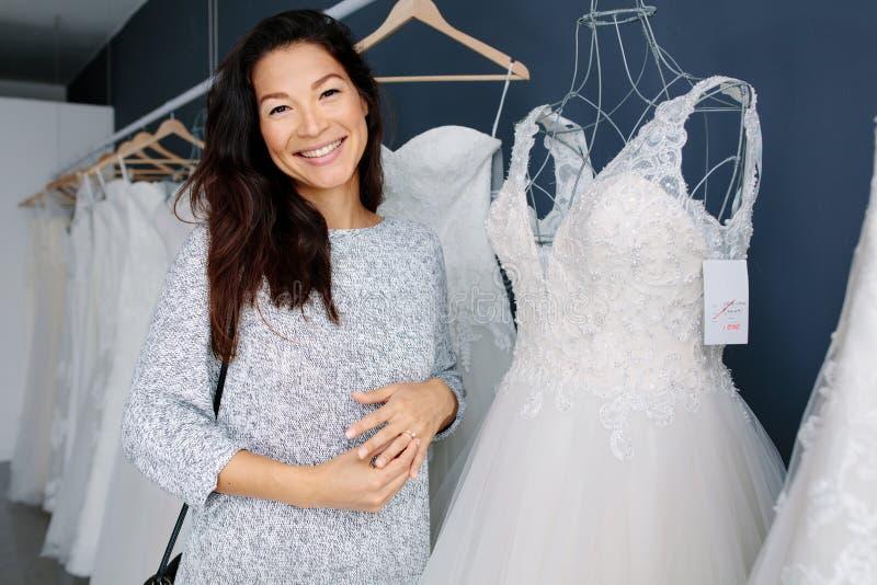 婚礼礼服的亚洲妇女购物 图库摄影