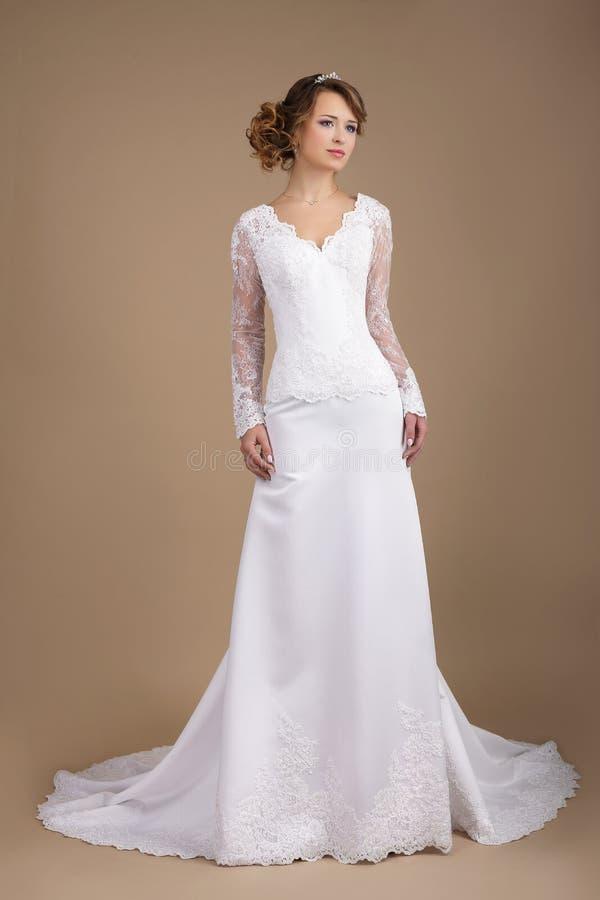 婚礼礼服的优美的年轻新娘 免版税库存照片