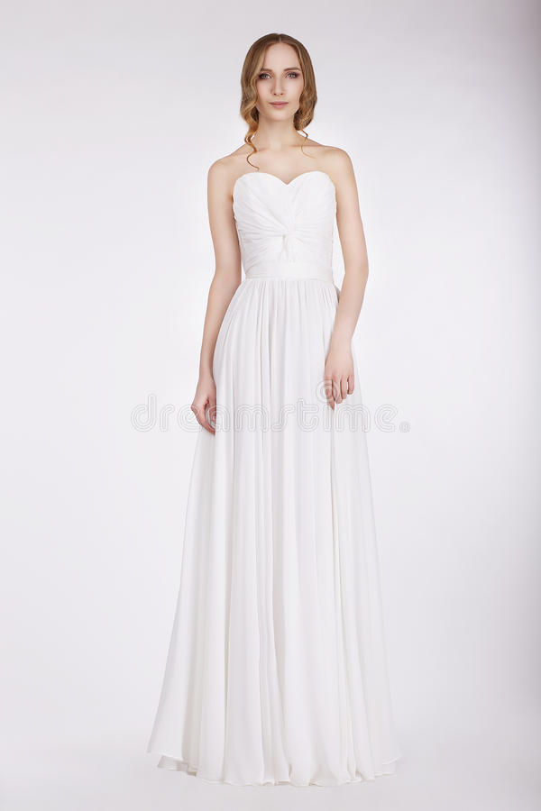 婚礼礼服的吸引人的年轻新娘 免版税库存图片