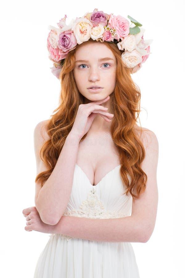 婚礼礼服的嫩迷人的玫瑰妇女和花圈  免版税图库摄影