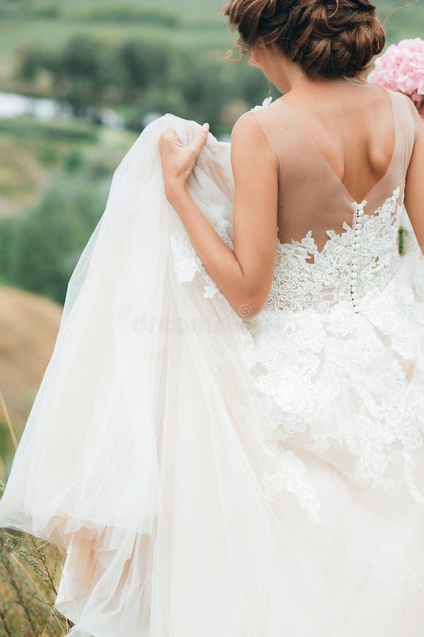 婚礼礼服的新娘本质上 身体局部,特写镜头画象 库存图片