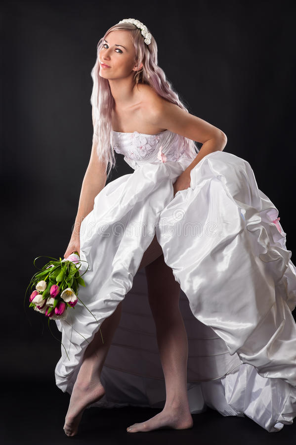 婚礼礼服的端庄的妇女 免版税库存照片