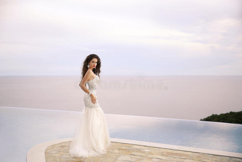 婚礼礼服的,室外画象美丽的新娘 深色的ele 库存图片