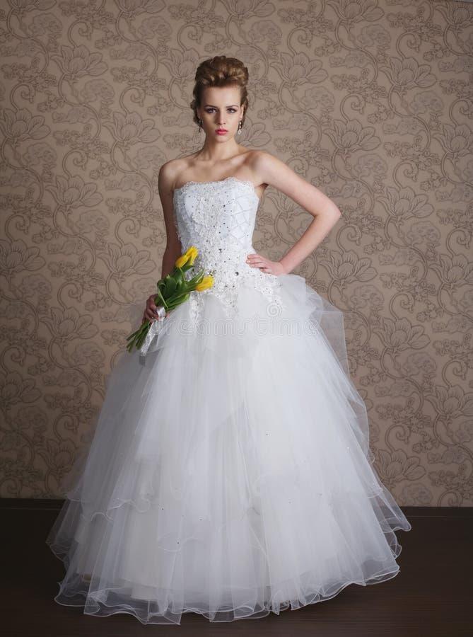 婚礼礼服的年轻美丽的新娘 免版税图库摄影