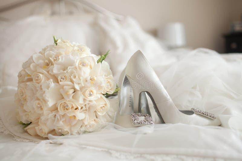 婚礼穿上鞋子白色玫瑰花束 免版税库存照片