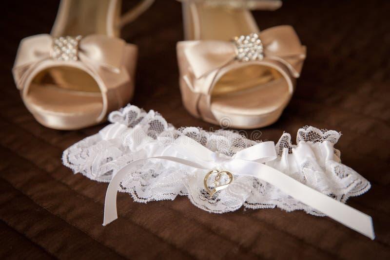 婚礼穿上鞋子袜带 免版税库存照片