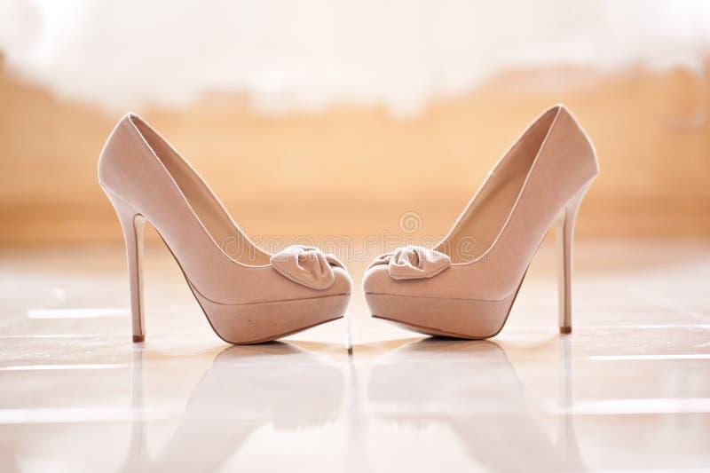 婚礼穿上鞋子高跟鞋 库存图片