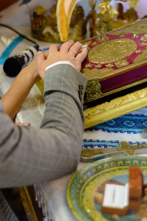 婚礼站立在一块板材的金戒指在教会里 库存图片