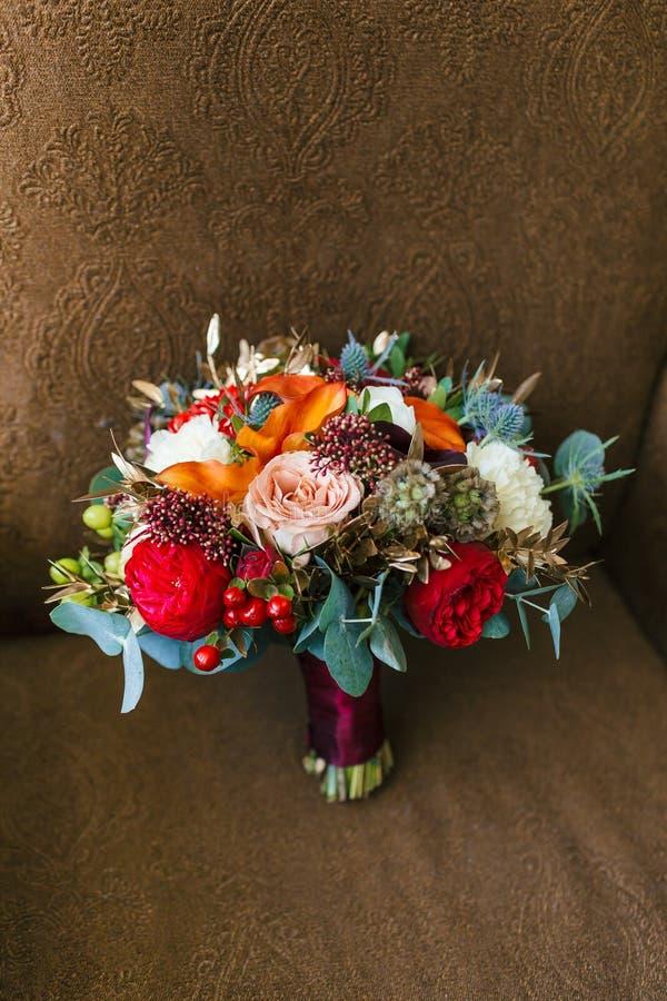 婚礼聚会的花的布置 桃红色玫瑰、红色牡丹和其他花花束  婚姻 附庸风雅 免版税库存照片