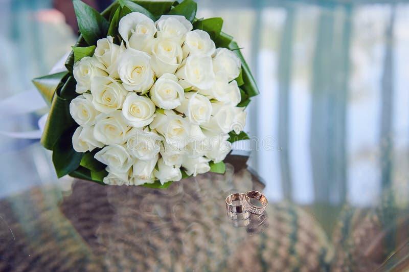 婚礼花束和圆环 免版税库存照片