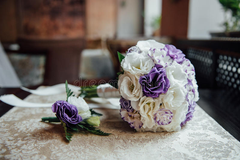 婚礼花束和女傧相鞋子,钮扣眼上插的花 库存图片