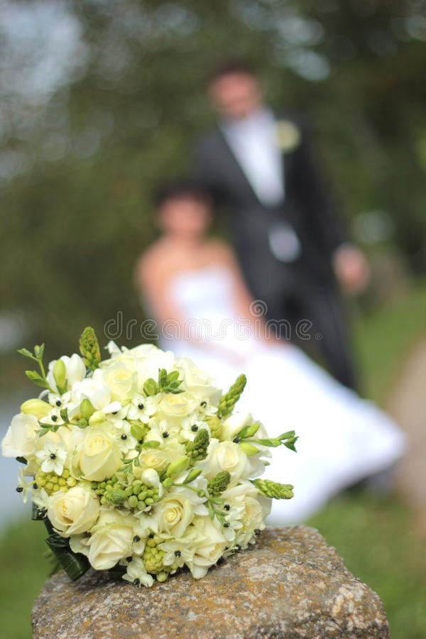婚礼花束和最近已婚夫妇 库存照片