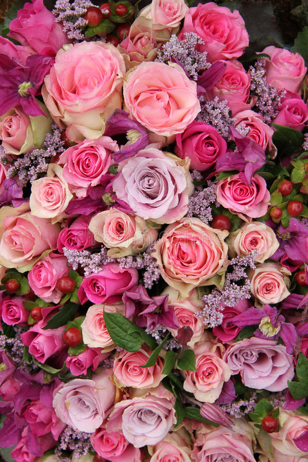 婚姻安排的紫色和桃红色玫瑰 免版税图库摄影