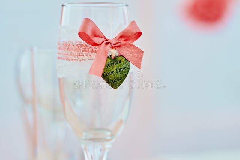婚礼葡萄酒杯在珊瑚颜色的桌上 免版税图库摄影