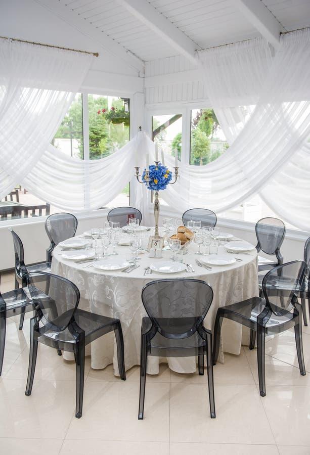婚礼表设置 活动当事人接收集合表婚礼 典雅的桌设置在有蓝色花束的餐馆 图库摄影