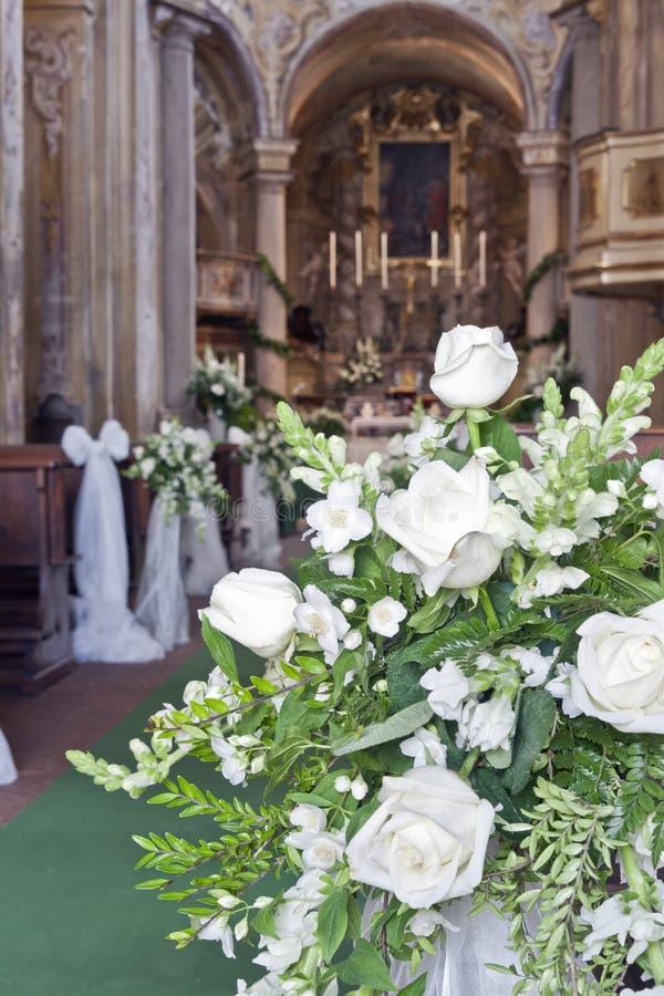 婚礼装饰在教会里 免版税库存图片