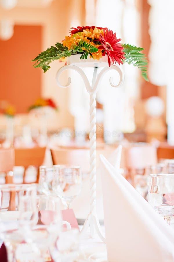 婚礼装饰开花在桌上的花束 免版税库存图片