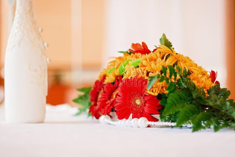 婚礼装饰开花在桌上的花束 免版税库存照片