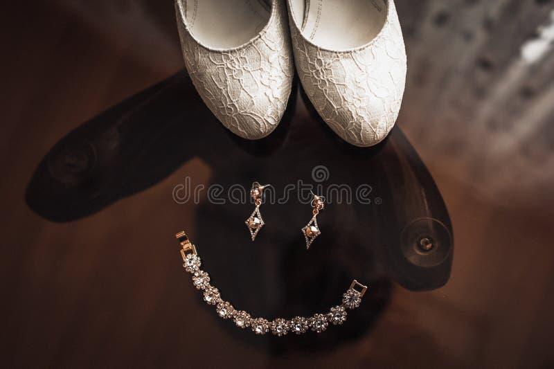 婚礼说谎在玻璃桌上的首饰新娘 免版税库存照片