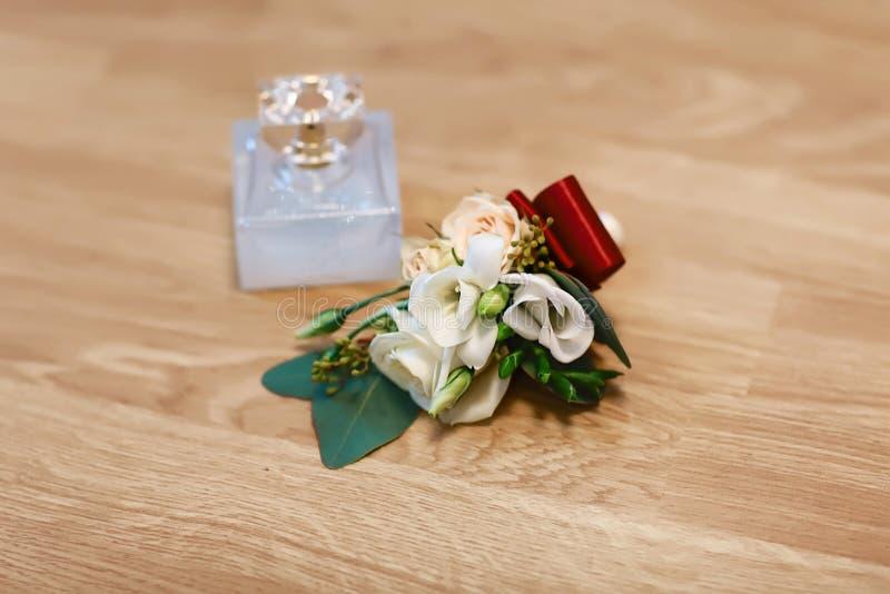 婚礼辅助部件、花束和香水新娘和新娘辅助部件,在木背景的婚礼细节 库存图片