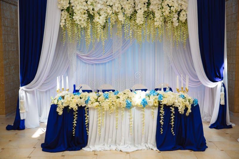 婚礼辅助部件 宴会霍尔的装饰 表新婚佳偶 免版税图库摄影