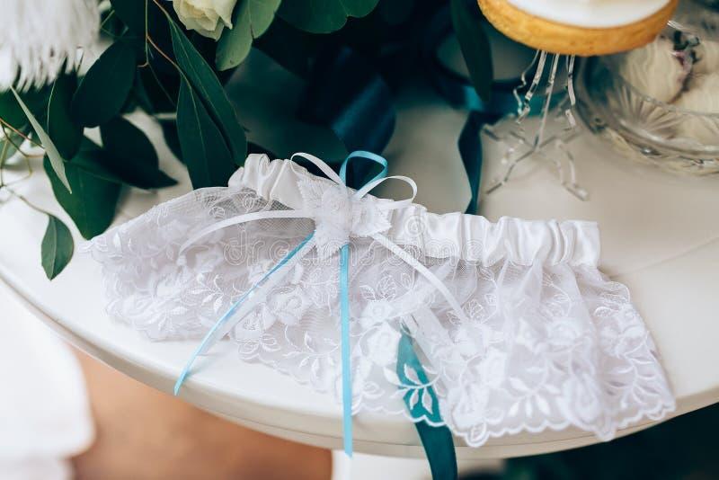 婚礼辅助部件:新娘` s袜带和精美弓 特写镜头 图库摄影