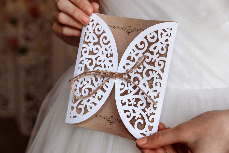 婚礼邀请卡片在手上 免版税库存照片