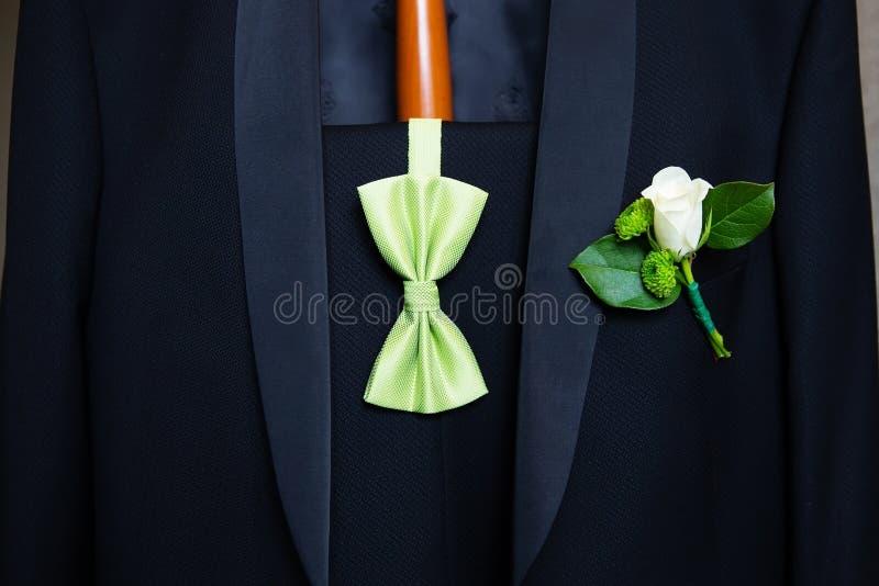 婚礼钮扣眼上插的花 库存照片