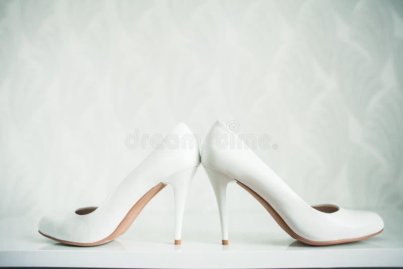 婚礼静物画-新娘花束和新娘的鞋子 图库摄影