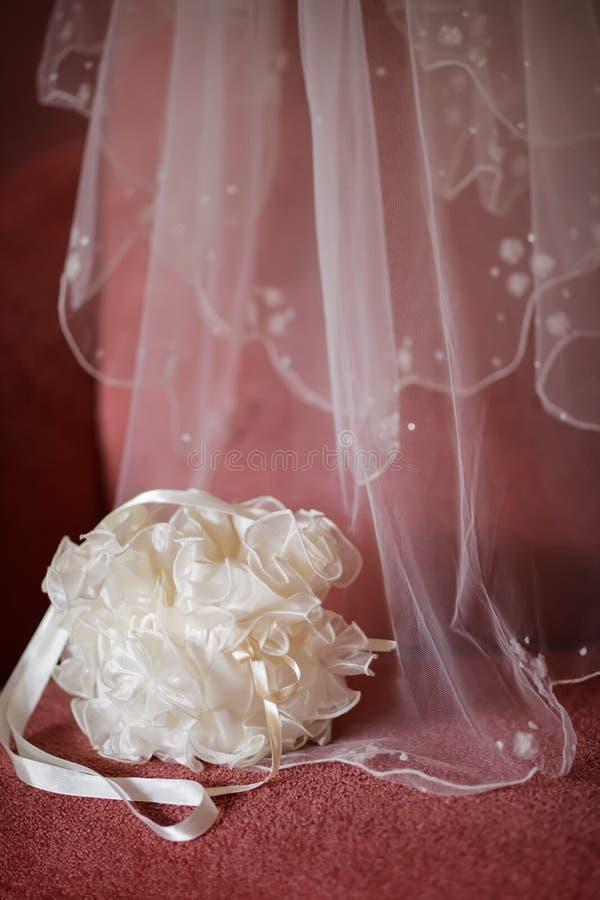 婚礼面纱和提包 免版税库存照片