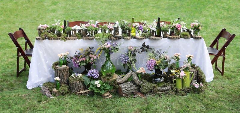 婚礼宴会桌装饰在庭院里 库存照片