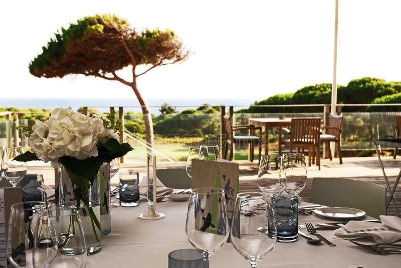 婚礼宴会桌装饰,晚餐会事件有海景 免版税库存照片