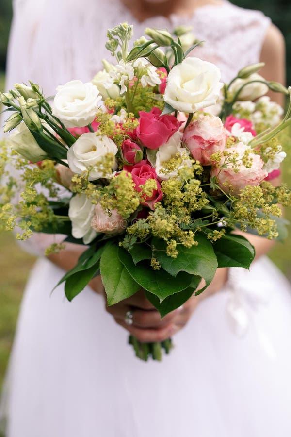 Download 婚礼从白色eustomy和桃红色玫瑰的boho花束 库存图片. 图片 包括有 想法, 沼泽, 绿色, 启发 - 72359143