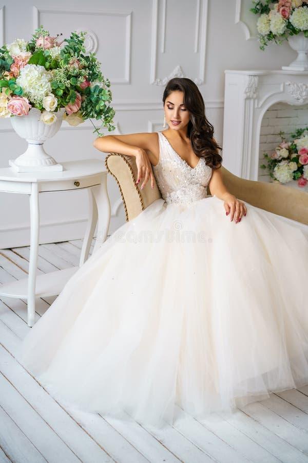 婚纱美丽的构成和发型愉快的新娘的美丽的年轻女人 库存照片