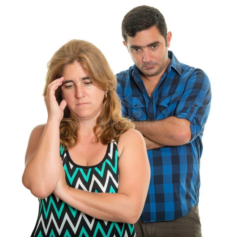 离婚,在婚姻-哀伤的西班牙夫妇上的冲突 库存照片
