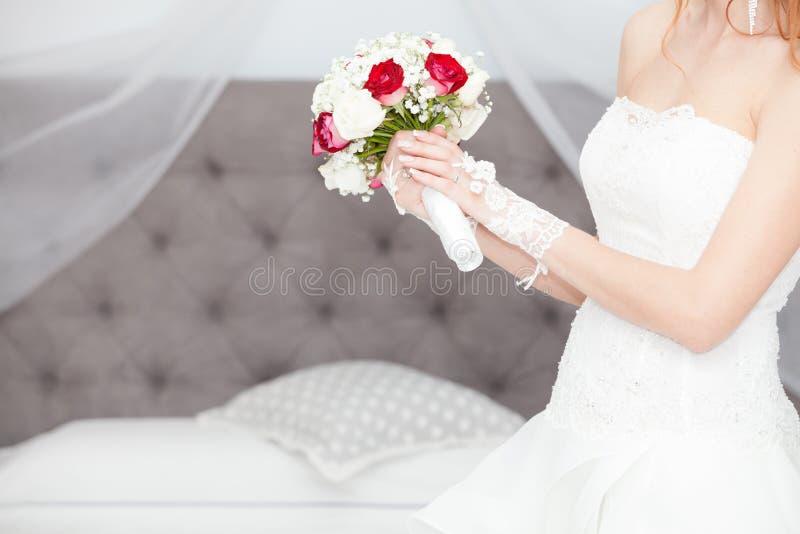 结婚,婚姻花束和婚礼礼服 新娘在家 新娘床 免版税库存照片