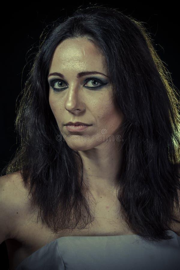 离婚,有长的头发的哀伤的深色的妇女和晚礼服 库存图片