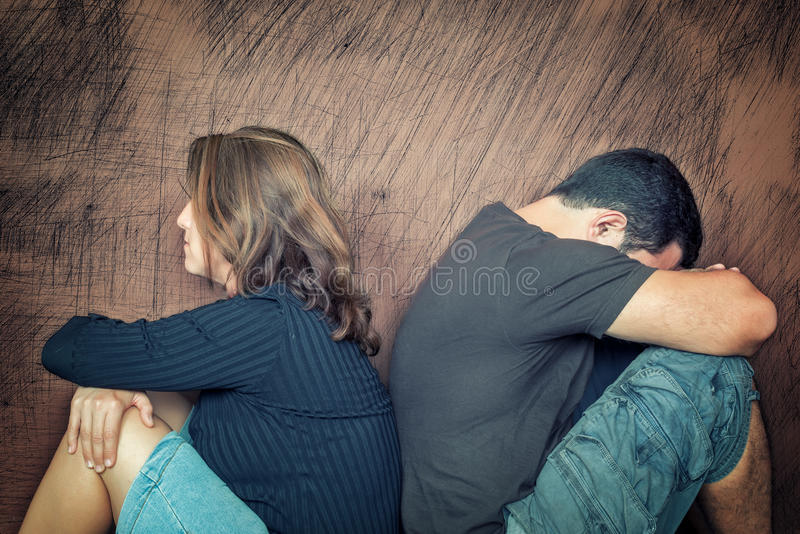 离婚,问题-年轻夫妇恼怒对彼此 库存照片