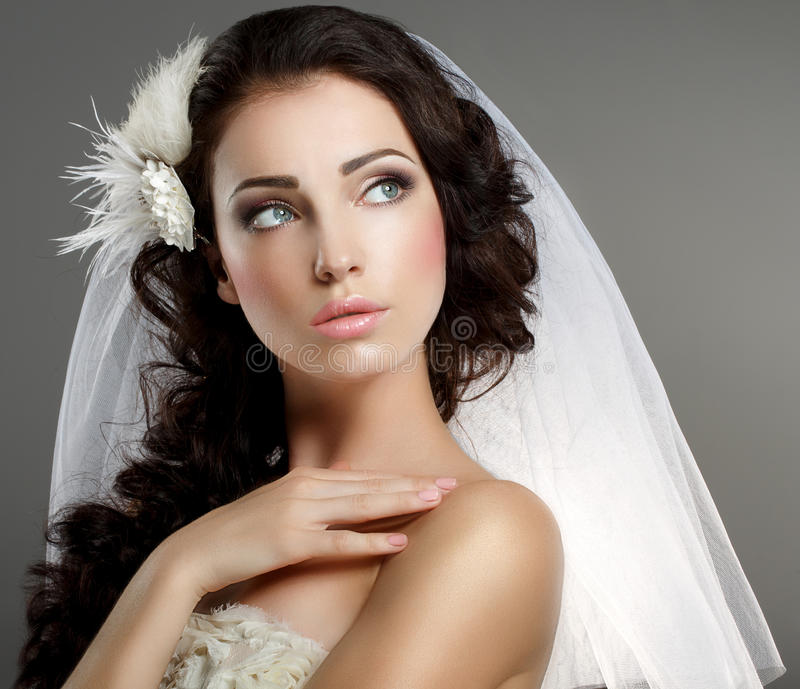 婚姻。看经典白色的面纱的年轻柔和的安静的新娘  免版税图库摄影