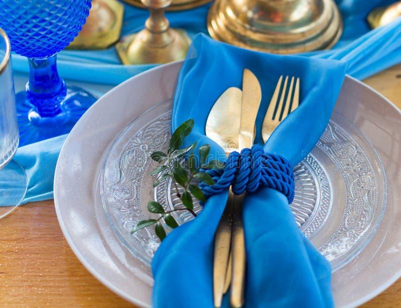 结婚宴会在白色、金子和蓝色颜色的桌细节 selec 库存照片