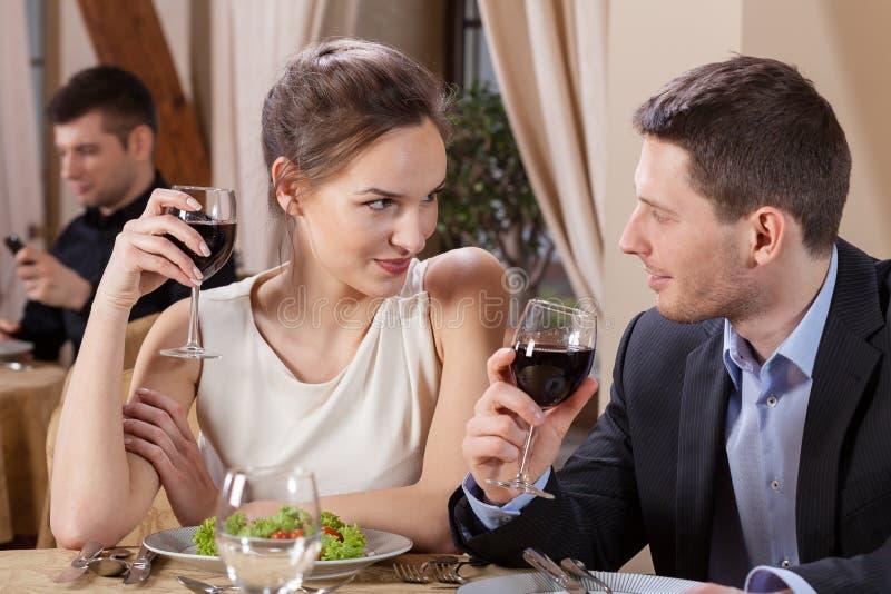 婚姻吃晚餐在餐馆 免版税库存照片