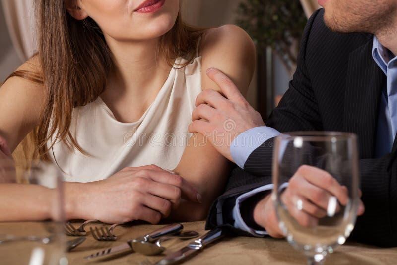 婚姻吃晚餐在餐馆 免版税图库摄影