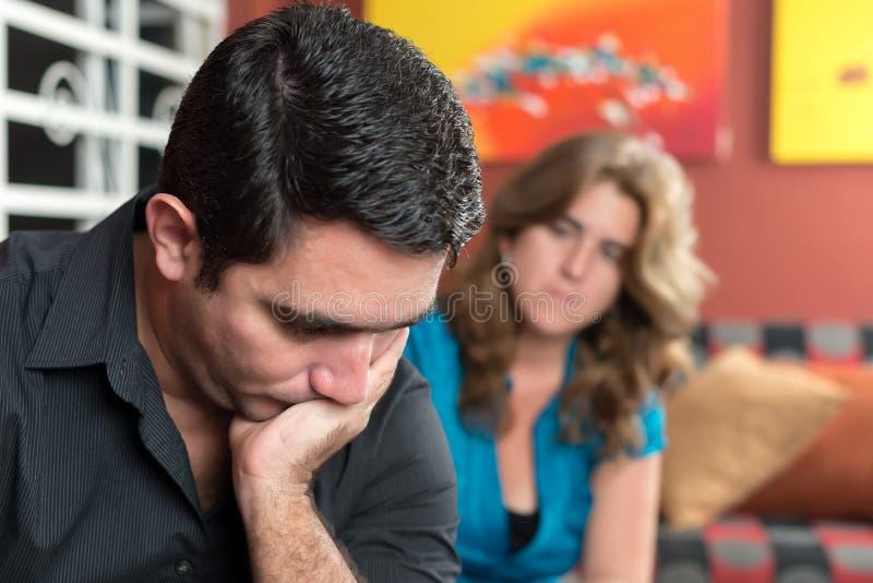 离婚-哀伤的丈夫和担心的妻子 库存照片