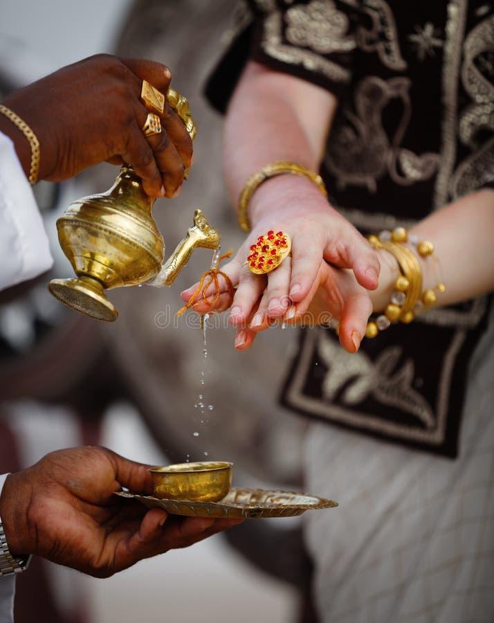 婚姻在斯里兰卡-仪式浇灌的手指 免版税库存照片