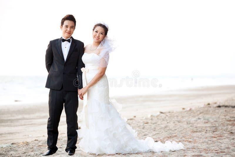 婚姻在海滩的夫妇 免版税图库摄影